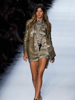 Gisele Bundchen desfila para Givenchy en la semana de la moda de París
