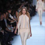 Natalia Vodianova desfila para Givenchy en la semana de la moda de París