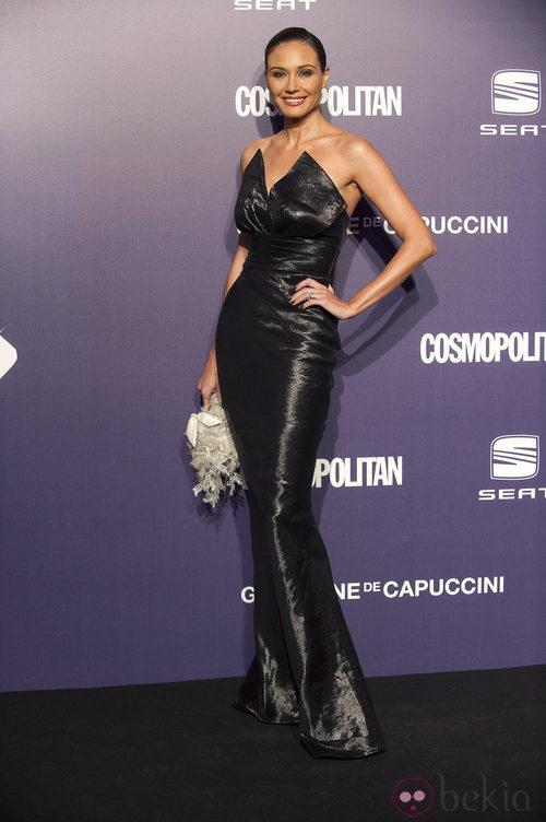 Estilismo de Juncal Rivero con un vestido de corte sirena, de negro, en la Gala Cosmopolitan Fun Fearless Female 2011
