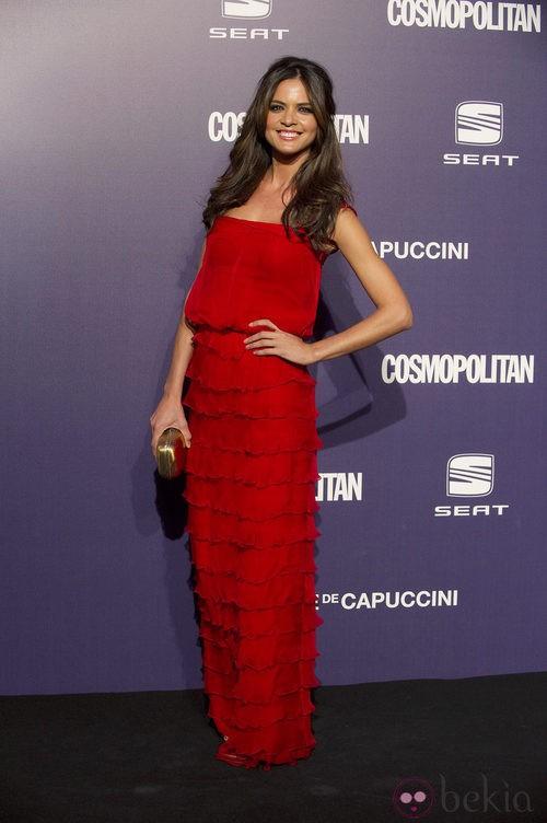 Estilismo de Romina Belluscio, de rojo, en la Gala Cosmopolitan Fun Fearless Female 2011