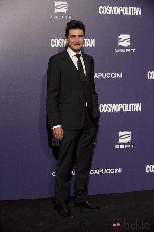 Manuel Seda, con camisa blanca y corbata negra, en la Gala Cosmopolitan Fun Fearless Female 2011
