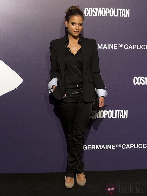 Ana Fernández, con traje chaqueta negro, en la Gala Cosmopolitan Fun Fearless Female 2011