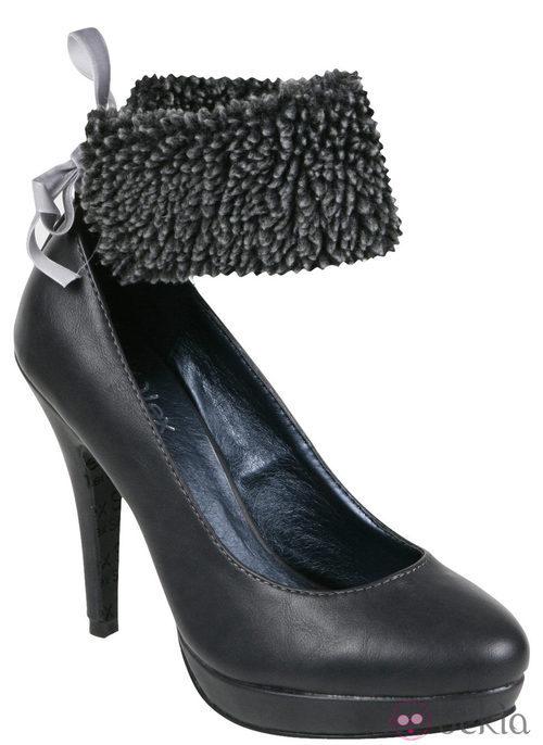 Zapato de salón gris con pulsera de borrego de la colección otoño/invierno 2011/2012 de Alex Silva