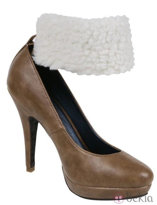 Zapato de salón camel con pulsera de borrego de la colección otoño/invierno 2011/2012 de Alex Silva