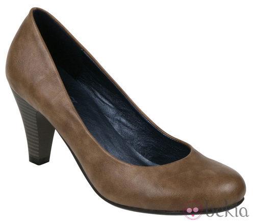 Zapato de salón camel de la colección otoño/invierno 2011/2012 de Alex Silva