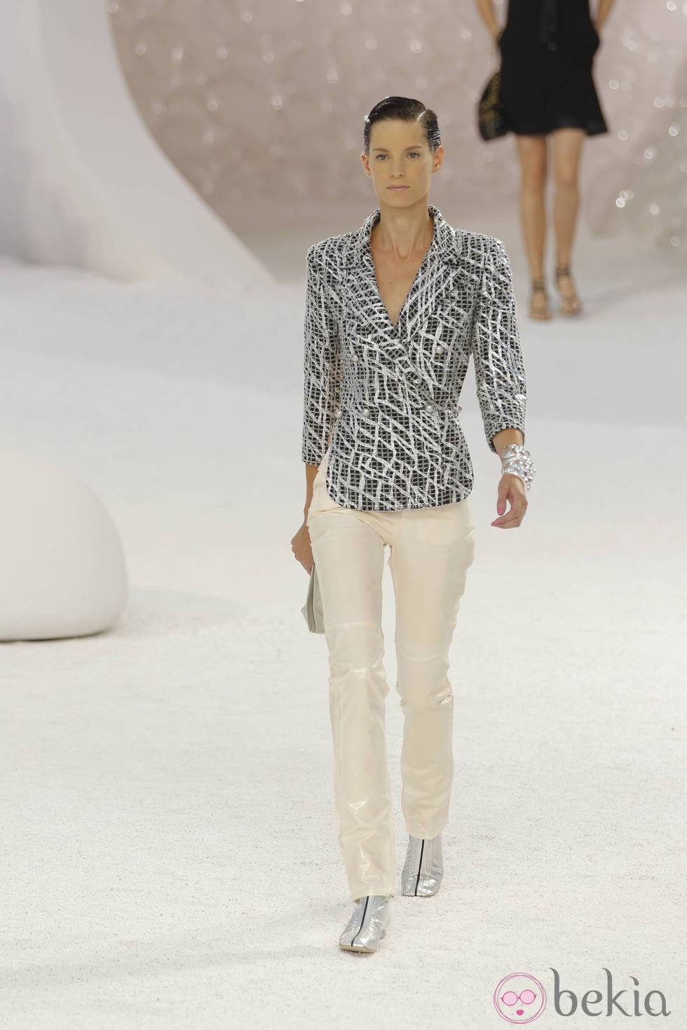 Traje chaqueta y pantalón, de Chanel, colección primavera 2012