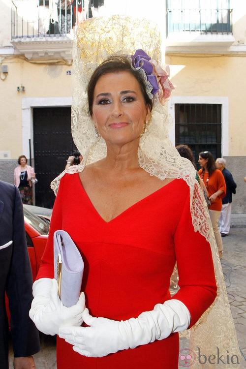 Looks Boda Duquesa de Alba: Primer plano de la madrina Carmen Tello