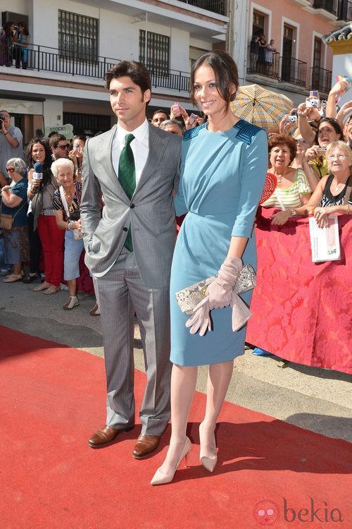 Looks Boda Duquesa de Alba: Cayetano Rivera y Eva González posan para los medios