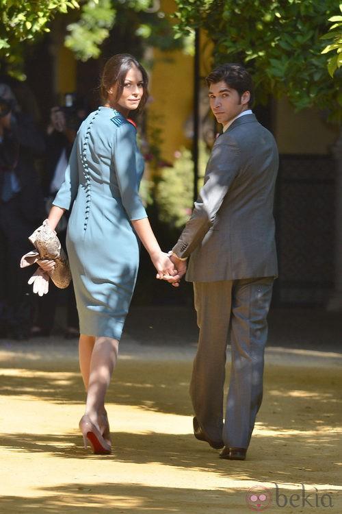 Looks Boda Duquesa de Alba: Cayetano Rivera y Eva González entran en Dueñas