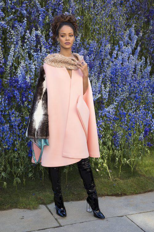 Rihanna con una capa rosa palo