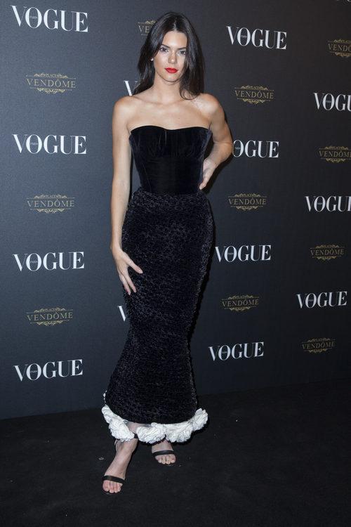 Kendall Jenner con un vestido largo negro de palabra de honor