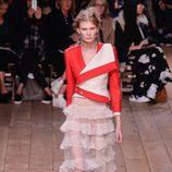 Chaqueta asimétrica y falda de volantes de la nueva colección primavera/verano 2016 de Alexander McQueen en Paris Fashion Week