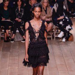Vestido negro escotado de la nueva colección primavera/verano 2016 de Alexander McQueen en Paris Fashion Week