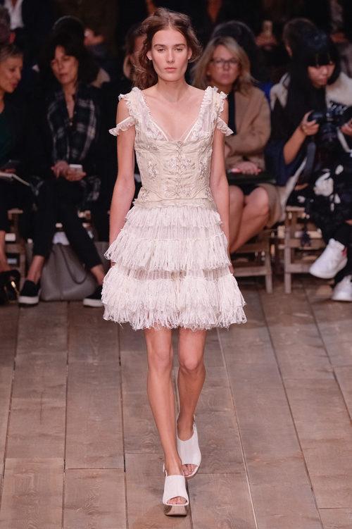 Vestido rosa nude con volantes de la nueva colección primavera/verano 2016 de Alexander McQueen en Paris Fashion Week