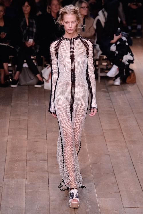 Vestido blanco de rejilla de la nueva colección primavera/verano 2016 de Alexander McQueen en Paris Fashion Week