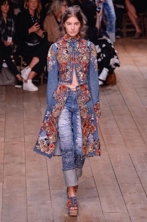 Chaqueta de flores y vaquero largo de la nueva colección primavera/verano 2016 de Alexander McQueen en Paris Fashion Week