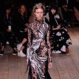 Vestido negro y blanco con transparencias de la nueva colección primavera/verano 2016 de Alexander McQueen en Paris Fashion Week
