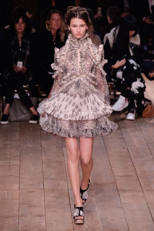 Vestido gris y blanco con volantes la nueva colección primavera/verano 2016 de Alexander McQueen en Paris Fashion Week
