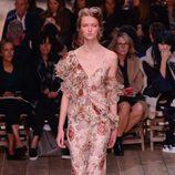 Vestido de flores asimétrico de la nueva colección primavera/verano 2016 de Alexander McQueen en Paris Fashion Week