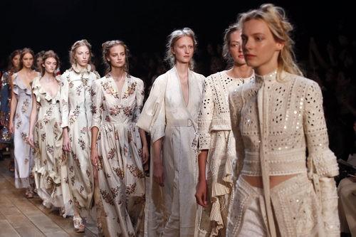 Carrusel de la colección de primavera/verano 2016 de Alexander McQueen en París Fashion Week