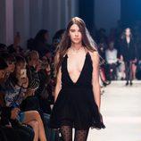 Vestido negro escotado de la nueva colección primavera/verano 2016 de John Galliano en Paris Fashion Week