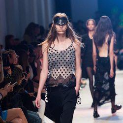 Camisa de puntos y pantalón negro de la nueva colección primavera/verano 2016 de John Galliano en Paris Fashion Week