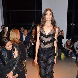 Vestido negro con volantes de la nueva colección primavera/verano 2016 de John Galliano en Paris Fashion Week