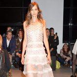 Vestido blanco con volantes de la nueva colección primavera/verano 2016 de John Galliano en Paris Fashion Week