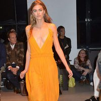 Vestido naranja escotado de la nueva colección primavera/verano 2016 de John Galliano en Paris Fashion Week