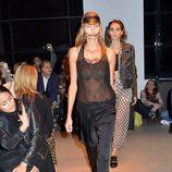 Camisa con transparencias y pantalón largo negro de la nueva colección primavera/verano 2016 de John Galliano en Paris Fashion Week