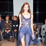 Vestido azul con puntos blancos de la nueva colección primavera/verano 2016 de John Galliano en Paris Fashion Week