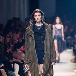 Abrigo marrón de cuadros de la nueva colección primavera/verano 2016 de John Galliano en Paris Fashion Week