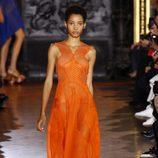 Vestido naranja largo de la colección de primavera/verano 2016 de Stella McCartney en Paris Fashion Week
