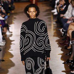 Jersey y pantalón azul marino de la colección de primavera/verano 2016 de Stella McCartney en Paris Fashion Week