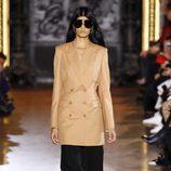 Gabardina marrón y pantalón negro de la colección de primavera/verano 2016 de Stella McCartney en Paris Fashion Week