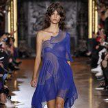 Vestido azul eléctrico de la colección primavera/verano 2016 de Stella McCartney en Paris Fashion Week