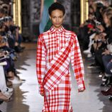 Vestido de cuadros y manga larga de la colección primavera/verano 2016 de Stella McCartney en Paris Fashion Week