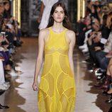 Vestido amarillo largo de la colección de primavera/verano 2016 de Stella McCartney en Paris Fashion Week