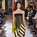 Vestido amarillo y negro de la colección de primavera/verano 2016 de Stella McCartney en Paris Fashion Week