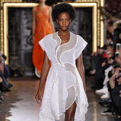 Vestido blanco asimétrico de la colección de primavera/verano 2016 de Stella McCartney en Paris Fashion Week