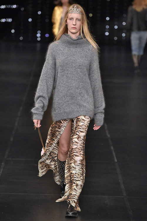 Jersey gris y falda de animal print de la colección primavera/verano 2016 de Yves Saint Laurent en Paris Fashion Week