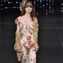 Vestido de estampado floral de la colección primavera/verano 2016 de Yves Saint Laurent en Paris Fashion Week