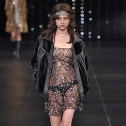 Vestido transparente de la colección primavera/verano 2016 de Yves Saint Laurent en Paris Fashion Week