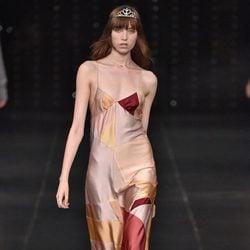 Vestido en colores tierra de la colección primavera/verano 2016 de Yves Saint Laurent en Paris Fashion Week