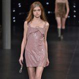 Vestido corto con purpurina de la colección de primavera/verano 2016 de Yves Saint Laurent en Paris Fashion Week