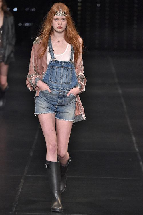 Peto vaquero corto de la colección primavera/verano 2016 de Yves Saint Laurent en Paris Fashion Week