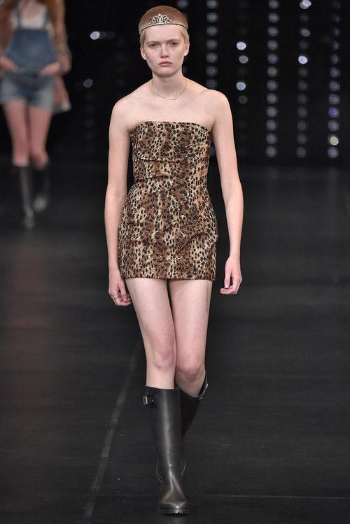 Vestido animal print de la colección primavera/verano 2016 de Yves Saint Laurent en Paris Fashion Week