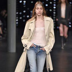 Gabardina beige y vaqueros de la colección primavera/verano 2016 de Yves Saint Laurent en Paris Fashion Week