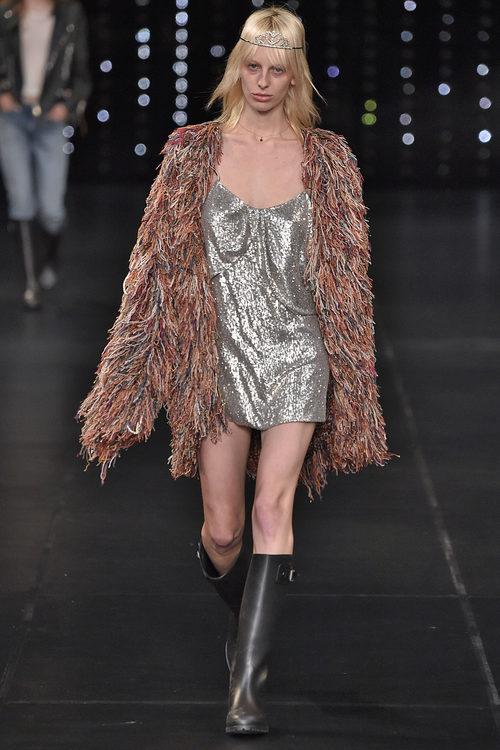 Abrigo en colores tierra de la colección primavera/verano 2016 de Yves Saint Laurent en Paris Fashion Week