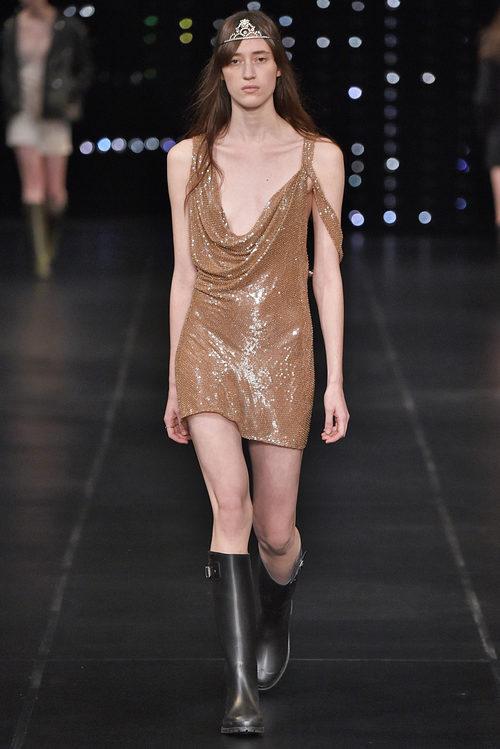 Vestido marrón purpurina de la colección primavera/verano 2016 de Yves Saint Laurent en Paris Fashion Week